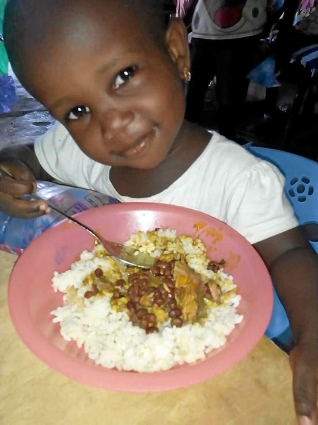 - Og giver mad til glade børn. Foto: Privatfoto