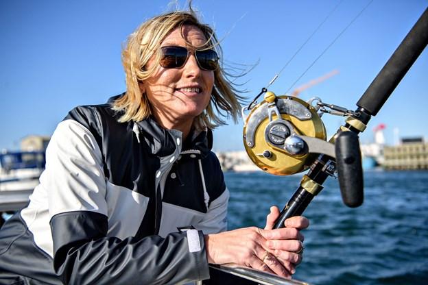 Mette Stenbroen siger begejstret, at fiske efter tun er det ypperste hun kan opnå med hobbyen som havfisker. Arkivfoto: Peter Broen