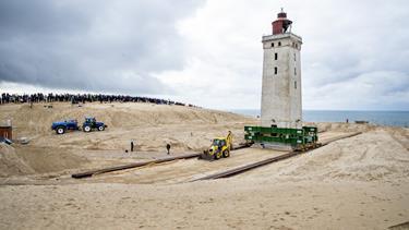 BILLEDSERIE: Flytning af 700 tons tung kæmpe tog få timer