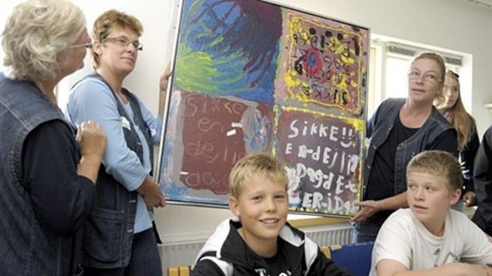 Lis KLit og Jane Lemvig Larsen modtager pigernes maleri, der nu hænger i et personalerum. Foto: Michael Koch