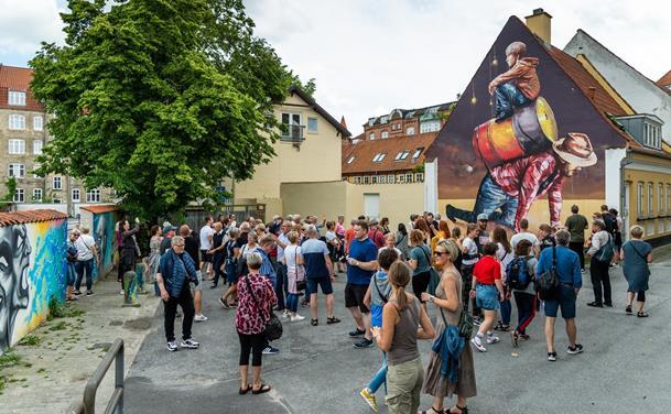 Gavlmalerier og åndehuller: Kom med på unikke gåture i Aalborg