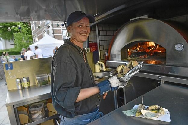 Den specialitet der stak mest ud, var Christine Villesen, stenovns-krabbekløer. Efter 15 minutter var de friskfangede sommerkløer kogt i egen sauce og superlækre. Hun har i to år kørt rundt med sin særligt indrettede bil, for stenovns-streetfood. Foto: Ole Iversen