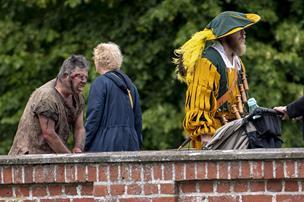 Gøglere, kogekoner og riddere: Middelalderfolket har indtaget Voergaard - se billeder og video