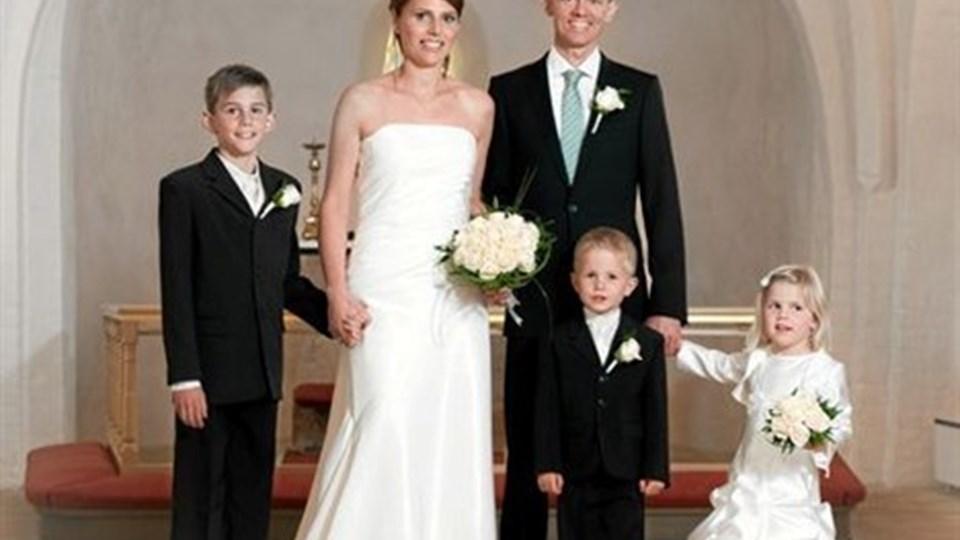 Svenstrup Kirke: Dorthe Rendbæk Kraglund og Martin Diget Rovsing Kraglund. Brudeparret er flankeret af deres tre børn, Nikolas (tv), Oliver og Caroline.