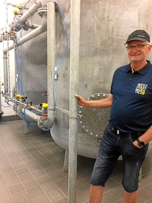 Formand Henrik Jensen står i spidsen for et topmoderne, computerstyret værk - her ved tankene, der renser vandet, inden det løber ud til forbrugerne. Lørdag fejrer værket 100 års fødselsdag med åbent hus.