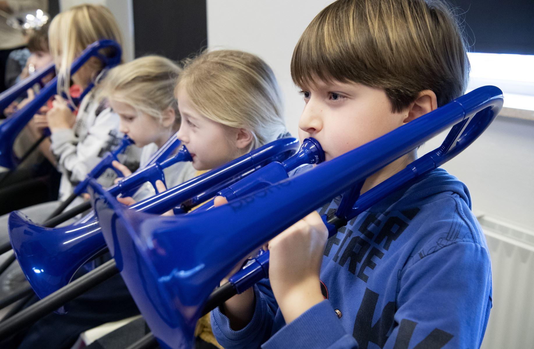 50 elever på M. C. Holms Skole i Nykøbing giver den fuld gas på horn, kornet og trækbasun