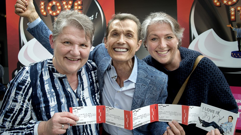 Ole Henriksen flankeres her af søstrene Lene og Helle Wittrup, der fik krammere, en god snak med Ole Henriksen og billetter til opsætningen i sensommeren. Foto: Lars Pauli