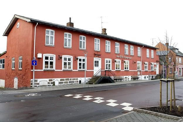 Myhlenberg Byg A/S vil opføre lejligheder og erhvervslokaler i to en halv etage, hvor den gamle kro i Arden ligger i dag. Arkivfoto