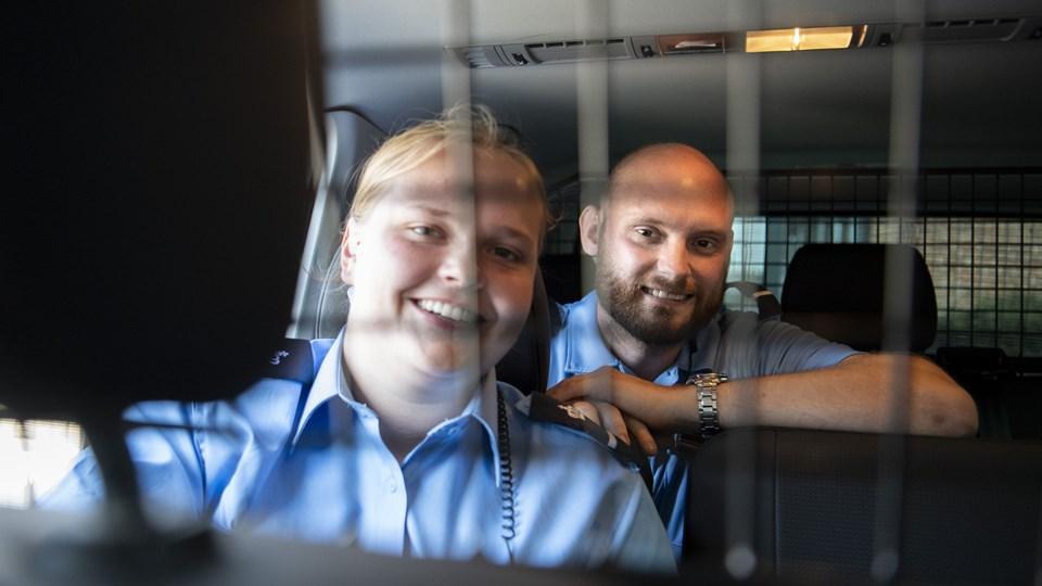 Signe og Rasmus er to af 30 nye transportbetjente i Hobro. - Min plan var først at søge ind til politiet, men jeg har et dårligt knæ. Så faldt jeg over uddannelsen til transportbetjent, og syntes, det lød spændende, fortæller Signe. Foto: Mette Nielsen