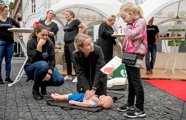 16. oktober er der international Hjertestarterdag, og så kan også børnene afprøve, hjerte-lunge-redning. Privatfoto
