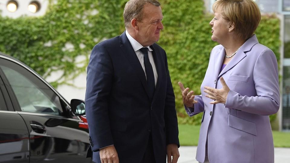 Lars Løkke Rasmussen (V) har forståelse for, at kollegaen Angela Merkel var under stort pres, da flygtningekrisen eskalerede for nogle år siden. Foto: Scanpix/Tobias Schwarz