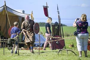 En god aftale med Thor: Denne gang er vejret med vikingehåndværkertræffet på Aggersborg
