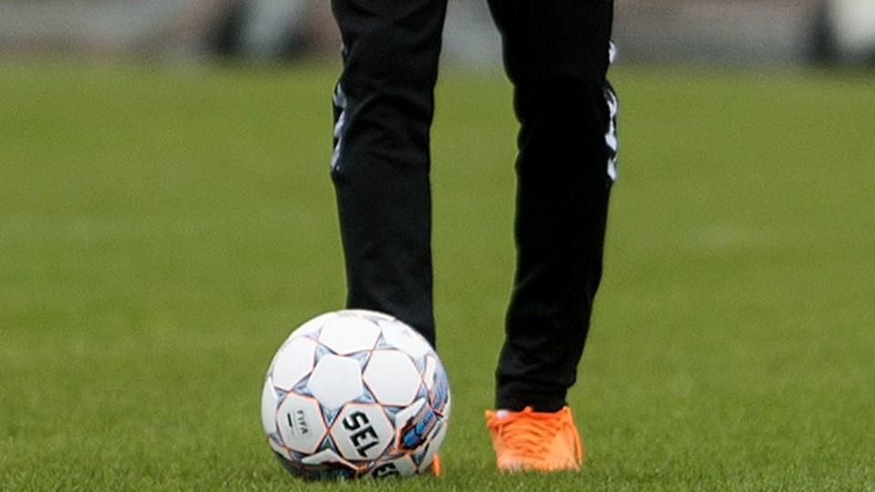 Pione Sisto foretrækker at spille uden sål og med åbne snørebånd i sine orange Nike-støvler. Billedet her er fra fredagens landsholdstræning i Malmø. Foto: Scanpix/Liselotte Sabroe