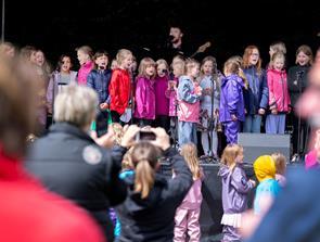 Se billederne: 600 børn dansede regnen væk