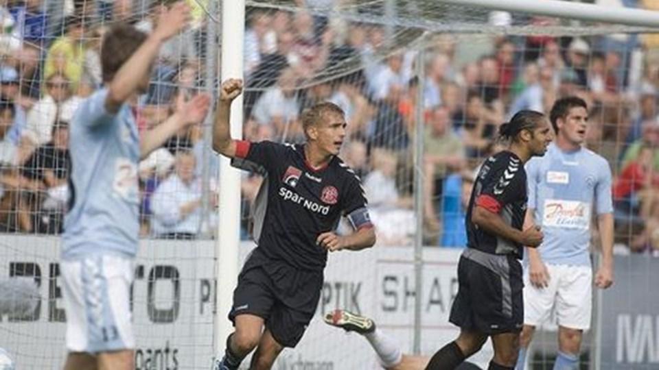 En indøvet detalje i forbindelse med et frispark førte til Thomas Augustinussens scoring til 2-0.Foto: Scanpix