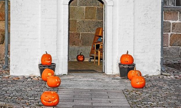 Stemningen var lagt, allerede ved indgangen til Vilsted kirke. Foto: Mogens Lynge