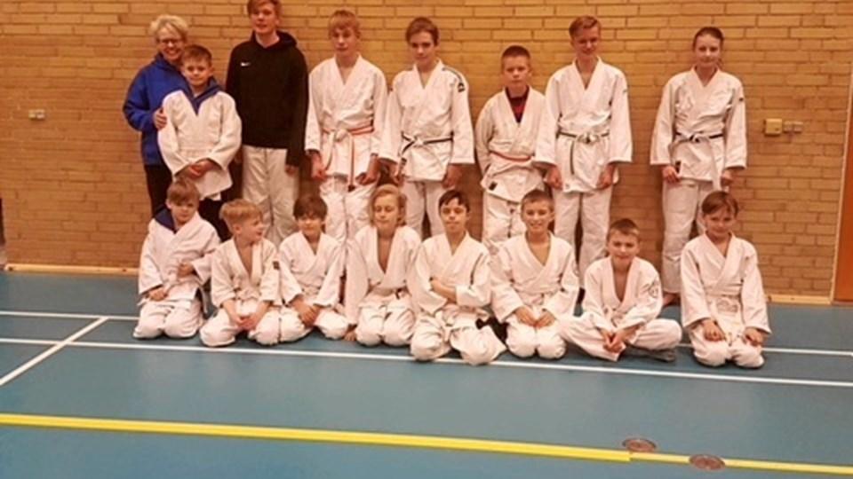 Træner Helle Kirketerp og judokæmperne. Privatfoto