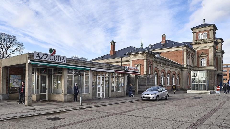 Et nyt hotel her på grunden skal tage hensyn til banegårdsbygningen, mener by og landskabsrådmand Hans Henrik Henriksen (S), der dog også mener, at det kan indpasses i området.   Foto: Henri Bo