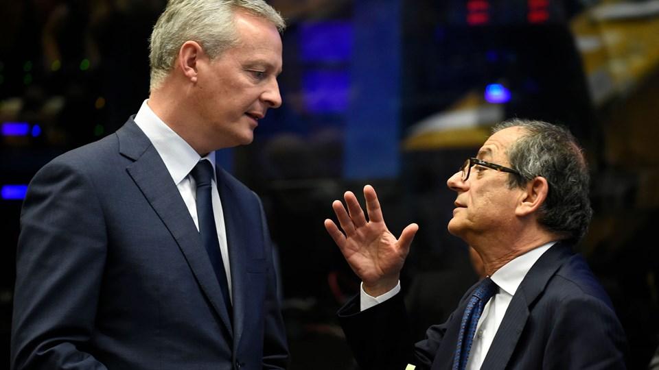 Italiens finansminister, Giovanni Tria, taler med Frankrigs finansminister, Bruno Le Maire, på et eurogruppemøde i Luxembourg, hvor EU-mininstre er bekymrede over Italiens budgetudspil. Foto: John Thys/Ritzau Scanpix