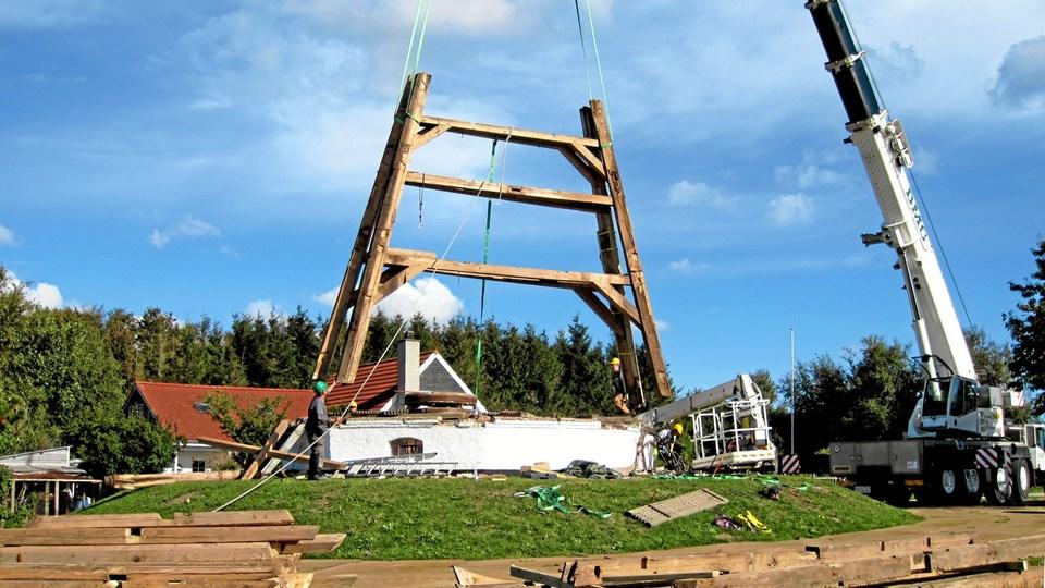 Møllen i Ulsted er pillet ned i stumper, og mange dele skal skiftes ud med frisk træ, hvis den skal genrejses. Foto: Nordjyllands Historiske Museum
