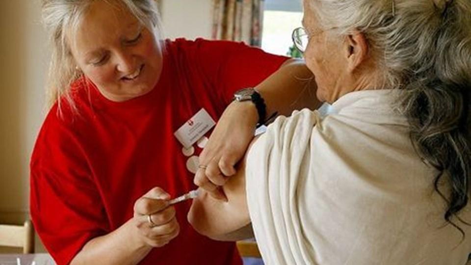 Flere og flere lader sig vaccinere, sagde sygeplejerske Jeanette Madsbøll, før hun i går satte injektionsnålen i armen på Jonna Møller. Hun har ikke tidligere ladet sig vaccinere mod influenza. Foto: Peter Mørk.
