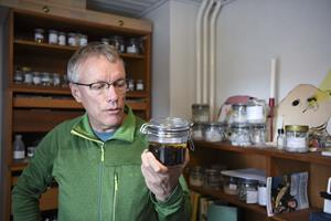 Esben forsker i fluer i en dunst af sprit: - Ikke verdens bedste scoretrick