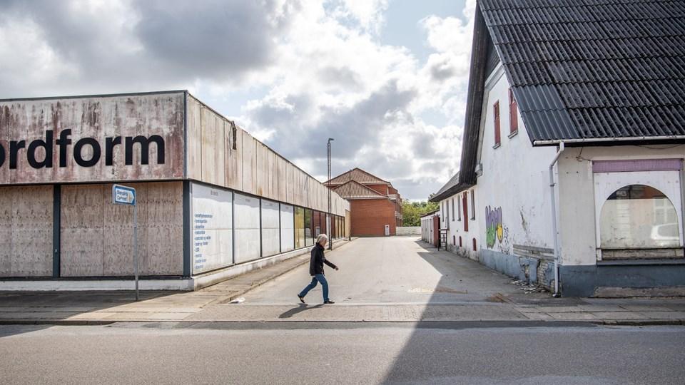 Den nuværende Stengade i midten af billedet, der er  imellem Østergade 16 og 18, skal flyttes lidt mod vest for at gøre plads til byggefeltet for de nye seniorboliger som skal være på grunden ved Østergade 18.Foto: Peter Broen