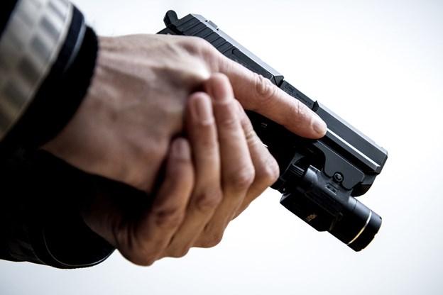 Mand anmeldt for at true med våben - politiet trak tjenestepistolerne