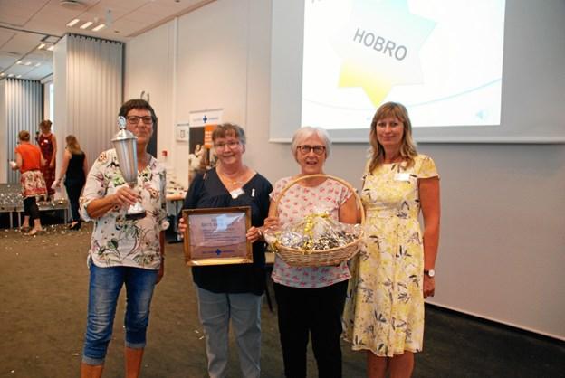Tre af Blå Kors-butikkens frivillige, Inga Thomsen, Lisbeth Ovesen og Ellinor Brink, modtog lørdag prisen på landsmødet i Kolding. Foto: Blå Kors Danmark