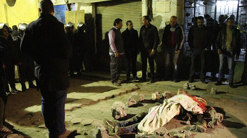 Liget af en betjent ses her i den historiske bykerne i Egyptens hovedstad, Kairo.