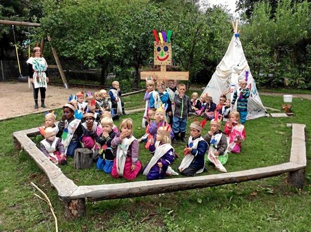 Alle børn og voksne i Gregers Krabbe Naturbørnehave var klædt ud som indianere, da sensommerens indianerprojekt kulminerede med en stor indianerfest. Privatfoto