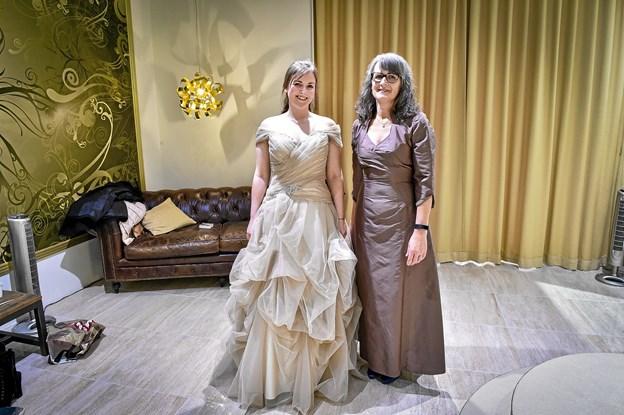 Mor og datter i matchende kjoler til Anne- Dorthes bryllup. Foto: Ole Iversen Ole Iversen