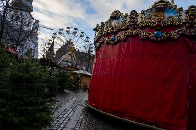 Pariserhjulet og børnekarrusellen er på plads til julemarkedet på Gammeltorv. Foto: Lasse Sand
