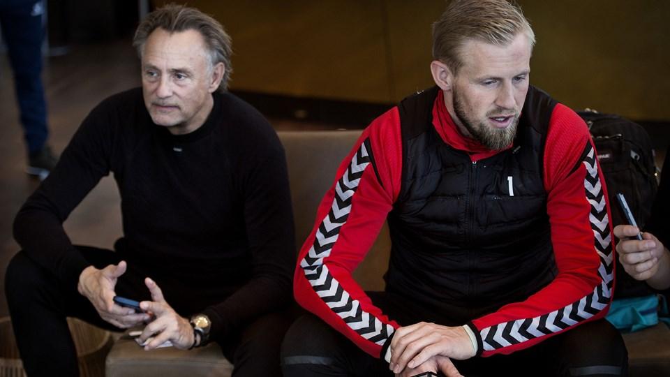 Kasper Schmeichel var sammen med de øvrige målmænd ude at træne tirsdag. Resten af landsholdet forblev indendørs. Foto: Scanpix/Liselotte Sabroe