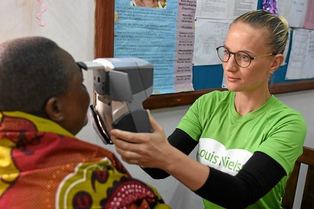Gitte Mose i gang med synsprøver i Arushia i Tanzania.Pressefoto
