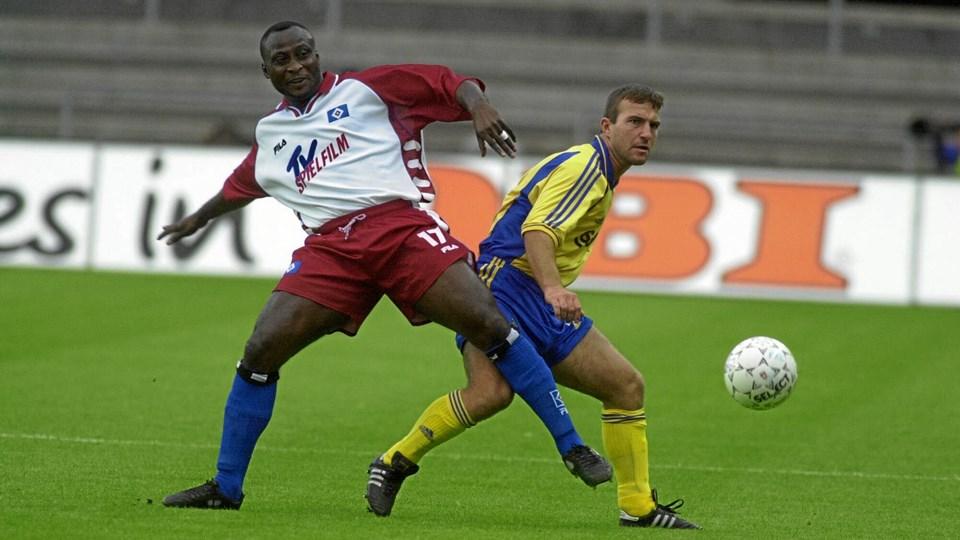 Antony Yeboah (tv) mødte i 2000 Brøndby i Europa Cup'en med Hamburger SV. Samme år blev hans søn, Kelvin Yeboah, der nu prøvetræner i AaB, født. Arkivfoto: Kim Agersten/ritzau