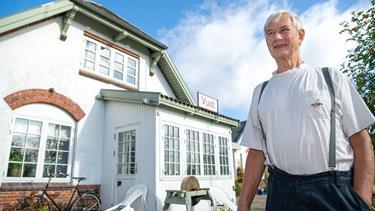 Kom med indenfor: Jens bor i historisk stationsbygning - spisestuen er udstyret med billetluge