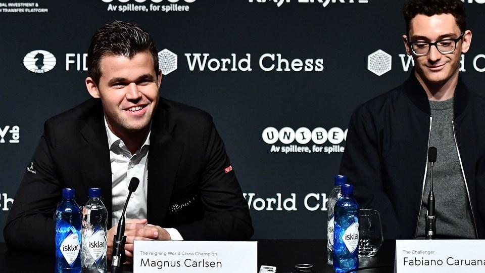 Magnus Carlsen (til venstre) og udfordreren Fabiano Caruana (til højre) kæmper fra fredag om VM-titlen i skak. Det sker i London.