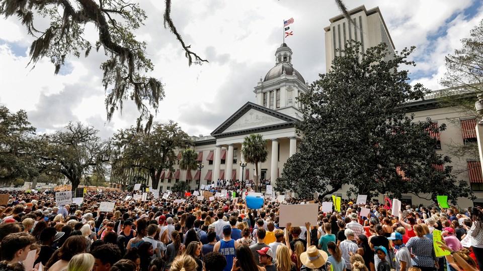 Et skoleskyderi i Florida i februar har sat gang i protester fra folk, der ønsker en stramning af USA's våbenlov. Foto: Reuters/Colin Hackley