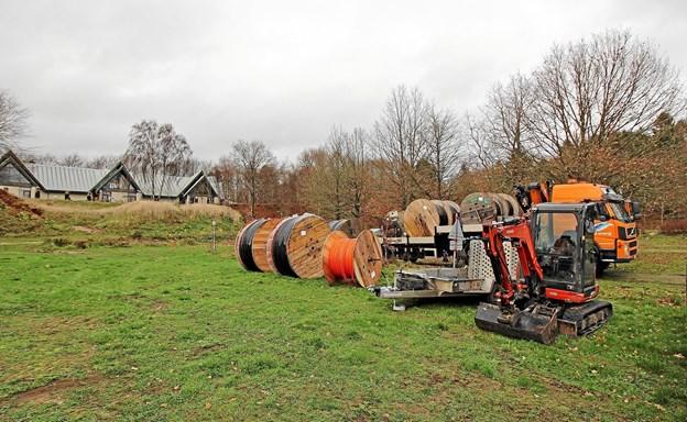 Det kan måske ligne elementer til en ny skulpturudstilling, men det er store kabeltromler, der skal bruges i forbindelse med etablering af fibernet i området. Foto: Jørgen Ingvardsen