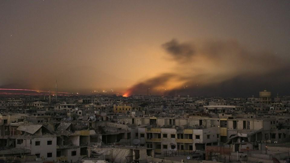Lys og røg under et syrisk bombardement af oprørere i byen Arbin i den østlige Ghouta-enklave. Den syv år lange konflikt i Syrien har kostet over 350.000 mennesker livet, viser opdaterede tal fra overvågningsgruppen Det Syriske Observatorium for Menneskerettigheder. Foto: Scanpix/Ammar Suleiman