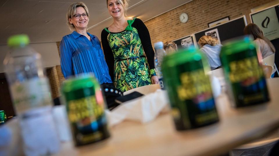Elevvejleder Karen Inge Taasti (tv) og udviklingskoordinator Charlotte Thomsen har taget initiativ til en indsamling af pantflasker og dåser, der skal finansiere studierejserne for elever, der er økonomisk udfordrede.