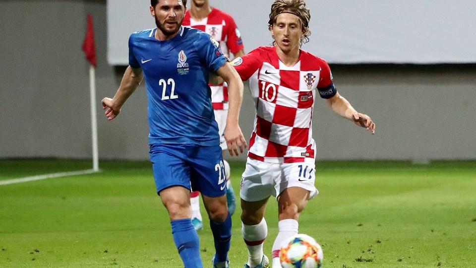 Luka Modric (th.) og Kroatien måtte nøjes med 1-1 ude mod Aserbajdsjan i EM-kvalifikationen, da Aserbajdsjan hentede sit første point i gruppen.