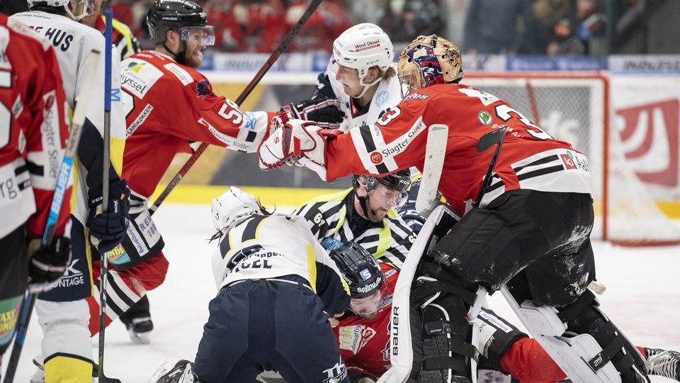 Martin Højbjerg (sort hjelm) på vej ind i den fysiske konfrontation mellem Aalborg- og Esbjerg-spillerne mod slutningen af anden periode. Foto: Henrik Bo