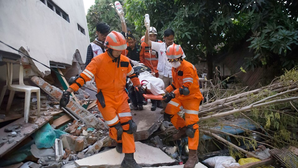 Mennesker reddes ud af en kollapset restaurant i Palu på den tsunami-ramte ø Sulawesi. Foto: Bay Ismoyo/AFP/Ritzau Scanpix