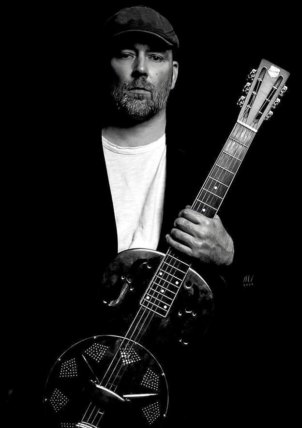 Når der ikke står familie, motorcykel eller en fisketur på programmet, så er Chris Andersen ofte at finde på en scene et sted i landet i godt selskab med sine guitarer, der blandt andet består af en gammel resonator-guitar fra Chicago. PR-foto