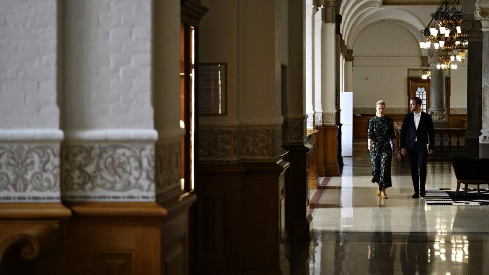 Den radikale leder Morten Østergaard og stedfortræder Sofie Carsten Nielsen ankommer til møde om regeringsforhandlingerne med Socialdemokratiet på Christiansborg. Foto: Philip Davali/Ritzau Scanpix