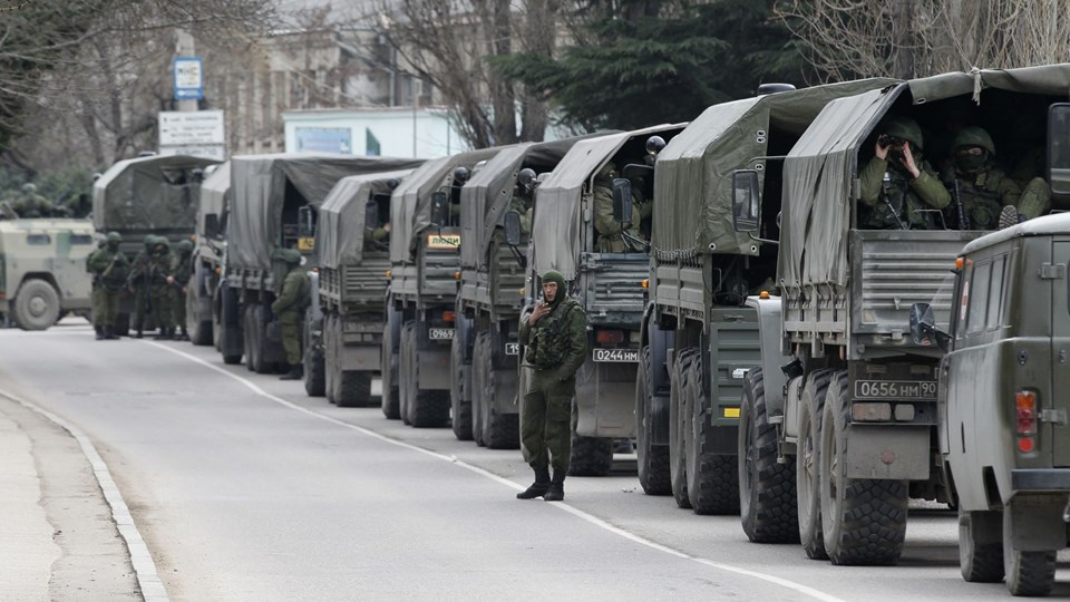 Russiske styrker på Krim-halvøen i Ukraine lørdag. Foto: Scanpix