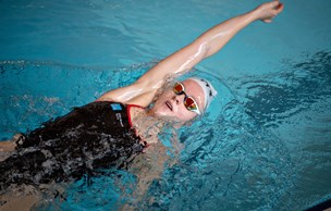 Toppræstation ved NM: Karoline svømmede i medaljer