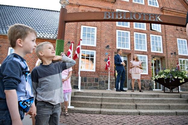 Borgmester Mikael Klitgaard og biblioteksleder Bente Kristoffersen går klar til at åbne det åben bibliotek.